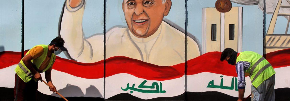 Fresque murale du pape François sur un mur d'une église à Bagdad