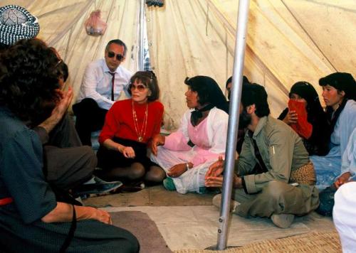 Danielle Mitterand dans un camp de réfugiés
