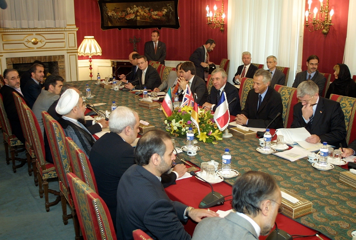 Une délégation ministérielle de l'Union européenne en Iran lors des discussions sur le programme nucléaire iranien, le 21 octobre 2003.