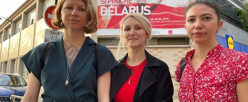 De gauche à droite : Kseniya Halubovitch, Violetta Savchits et Volga Shukaila devant la Maison des journalistes. Crédit : Hicham Mansouri
